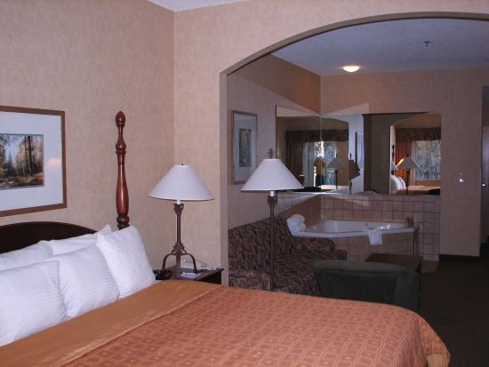 BEST WESTERN PLUS River Escape Inn & Suites: King bedded suite with jacuzzi