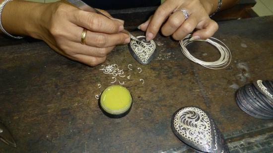 Sari Dewi: Assembling a silver filigree pendant