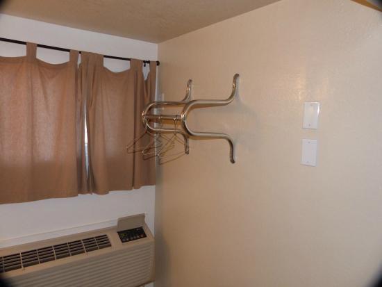 Circle D Motel : hangers do not detach from rack