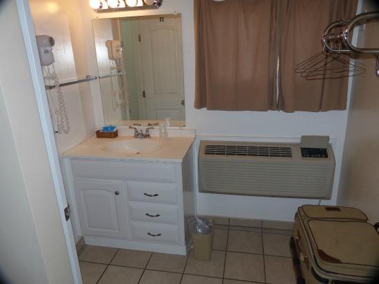 Circle D Motel : bathroom sink storage