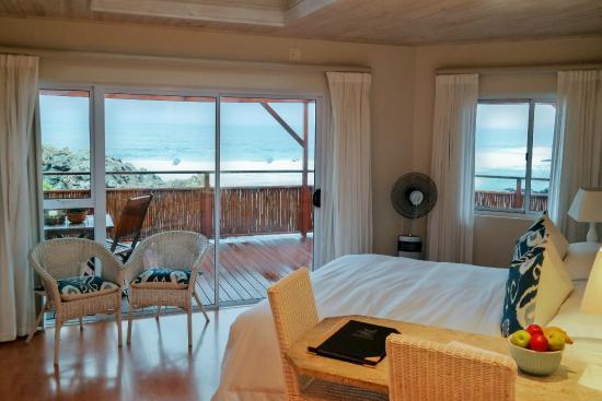 Singing Kettle Beach Lodge & Restaurant: Blick in das Zimmer und Aussicht nach draußen