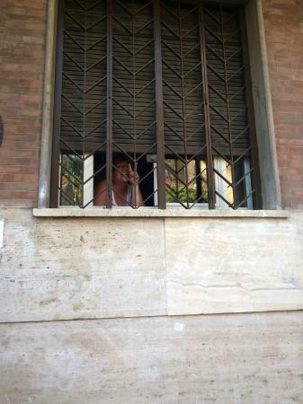 Guest House Maison Colosseo : ''Hinter Gitter ''  :)