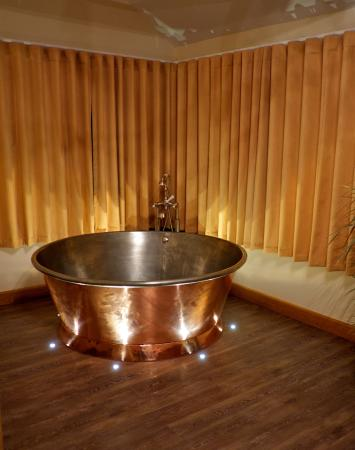Wooldown Holiday Cottages: Fab Copper Jacuzzi Bath