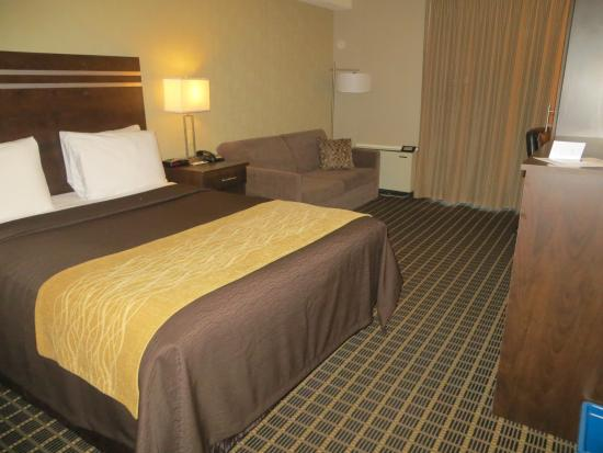 Comfort Inn: Comfortable bed and seating area