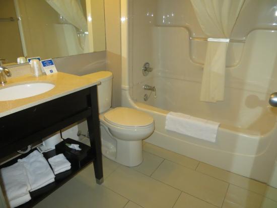 Comfort Inn : Bathroom with small vanity