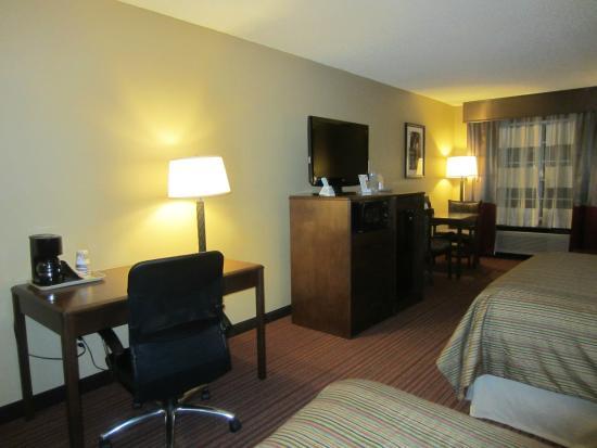 Baymont Inn & Suites Mequon Milwaukee Area : TV Stand Area