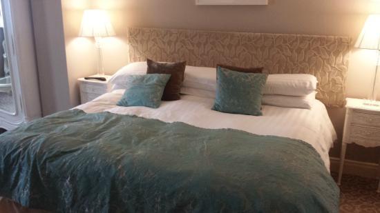 MacNean House & Restaurant: Huge bed