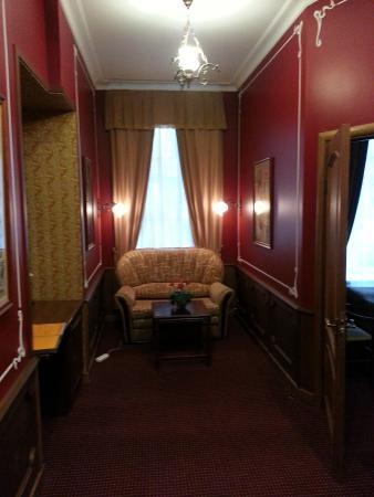 Old Vienna Hotel: Общая комната в люксе, диван раскладной (№7)