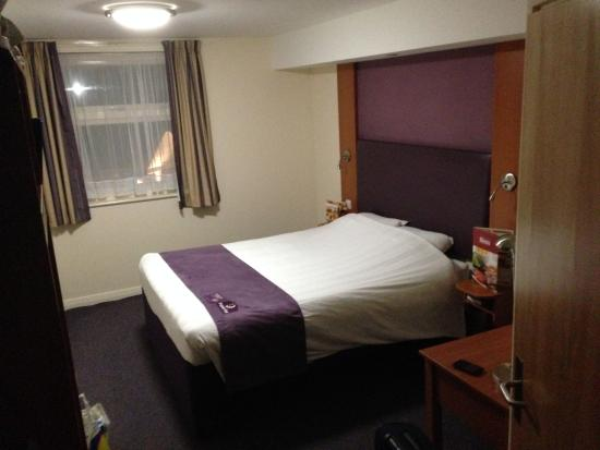 Premier Inn Chesterfield West Hotel : small room