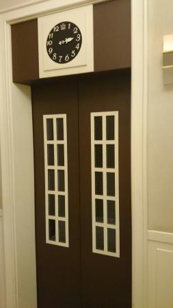 Hotel Monterey Lasoeur Ginza: Ascenseur old school