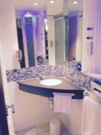 Holiday Inn Express Stansted Airport : bathroom
