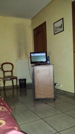 Hotel Napoleon Torino: Flat screen TV and non-functional fridge in 1st floor room