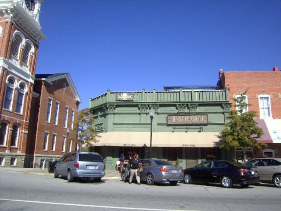 Mystic Grill: Exterior shot of downtown