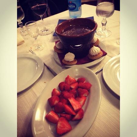 Taverna Lucifero: Founduta cioccolato al latte con fragole!