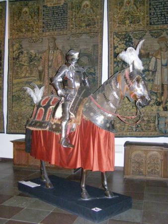 Museo Nacional: Hest og Rytter i fuld harnisk.