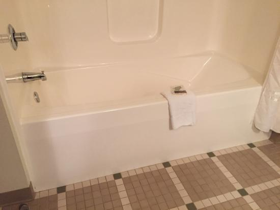 Chief Logan Lodge & Conference Center: Slanted-back tub!