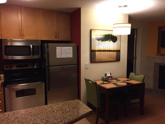 Residence Inn Florence: Large kitchen area