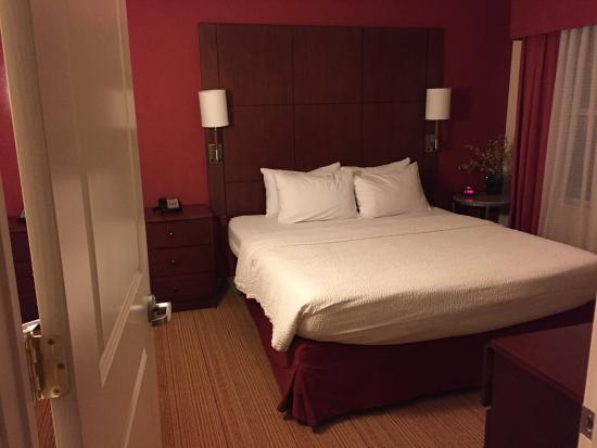 Residence Inn Florence: Good size bedroom. Bed and sheets were comfortable.
