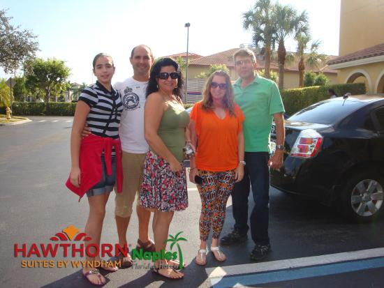 Hawthorn Suites by Wyndham Naples: Parking Lot
