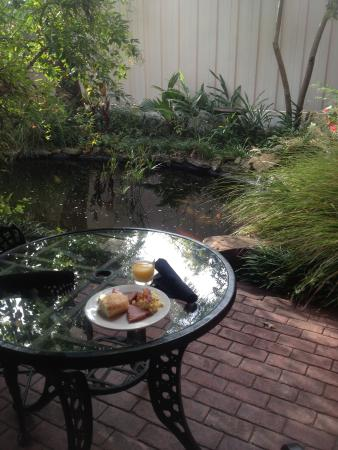 Old Capitol Inn: Breakfast by the koi pond