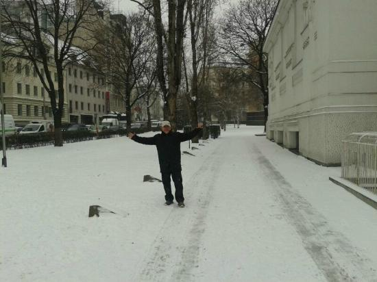 Mercure Secession Wien : esta foto e diante do Hotel Mercure predio a esquerda onde se a plaaca vermelha