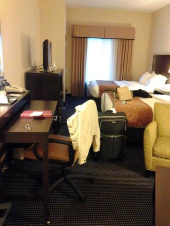 Comfort Suites Amish Country : Very comfortable beds with swivel television