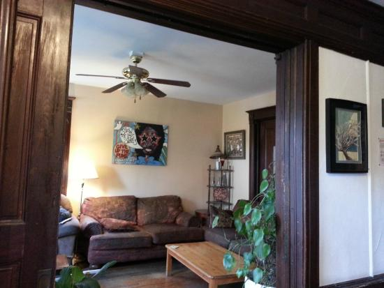 Hilltop Hostel: As you walk in the main entrance this living/family room was to the left of the door