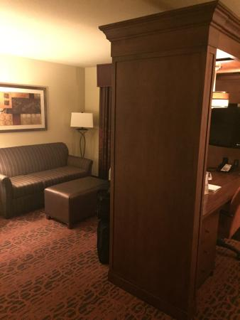 Hampton Inn and Suites Seattle-Airport/28th Ave : Sitting area Suite 301