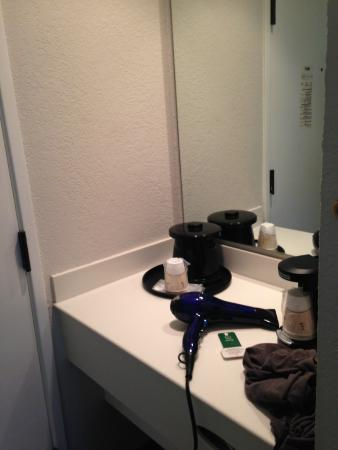 La Quinta Inn & Suites Buena Park: Coffee maker and mirror