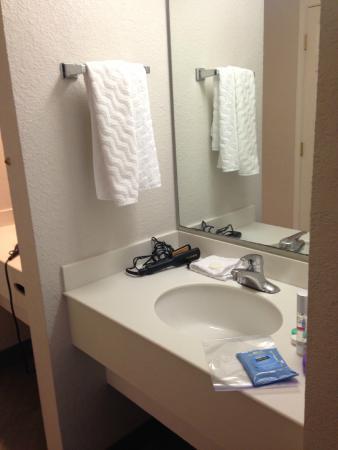 La Quinta Inn & Suites Buena Park: Sink area