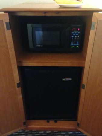 La Quinta Inn & Suites Buena Park: Microwave and fridge