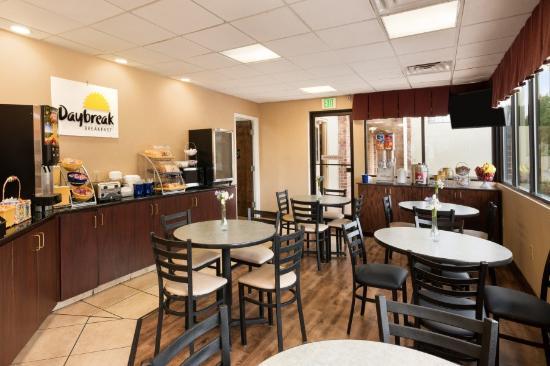 Days Inn Weldon Roanoke Rapids : Breakfast Eating Area