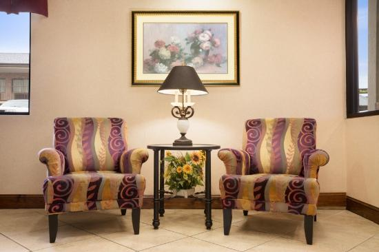 Days Inn Weldon Roanoke Rapids: Lobby Sitting Area