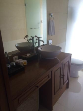 The Khayangan Villas: Bathroom