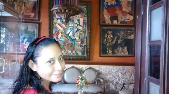 Hotel Santiago : La recepción con cuadros muy curiosos