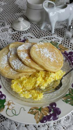 Weller Haus Bed, Breakfast and Event Center: Yep- enough for 2.  Portions a plenty