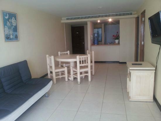 Comedor con barra del a cocina - Picture of Condominios Maralago ...