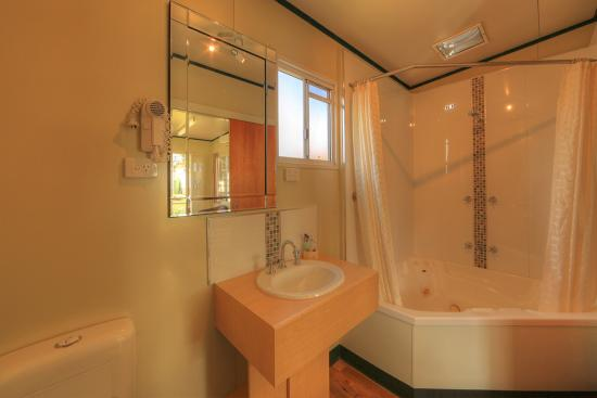 BIG4 Toowoomba Garden City Holiday Park: Spa Villa bathroom