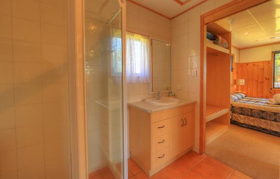 BIG4 Toowoomba Garden City Holiday Park: Studio Villa bathroom