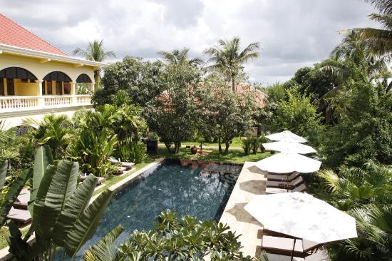 Pavillon d'Orient Boutique-Hotel: View across main pool area to restaurant