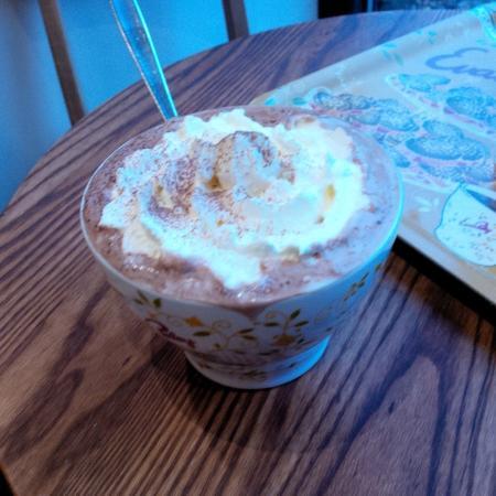 Evas Paley Cafe: Hot chocolate with cream Grande - Good value