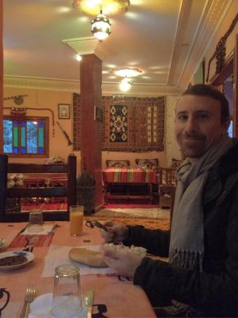 Maison d'hotes Anissa : Breakfast in the gorgeous rug-covered dining room