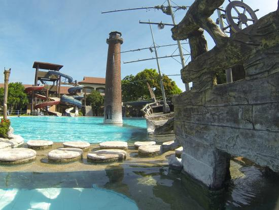 Caribbean Waterpark and Resotel : Pirate Ship and Lighthouse Decor