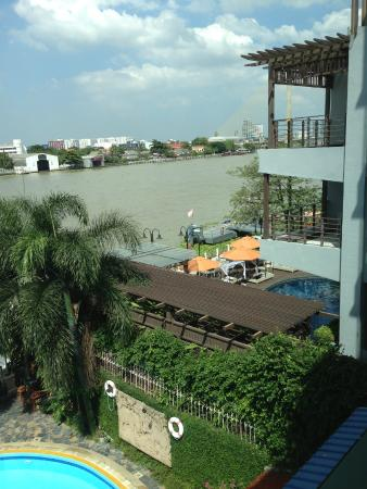 New Siam Riverside Guest House: bridge on the right
