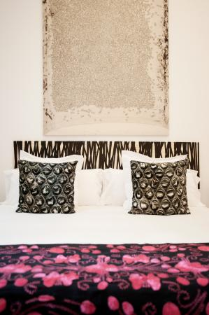 Cami Bed and Gallery: Minimal Room