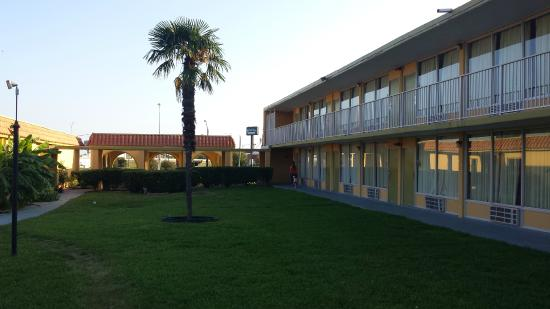 Rodeway Inn: inner yard