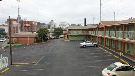 Super 8 Austin Downtown/Capitol Area: Parking Lot