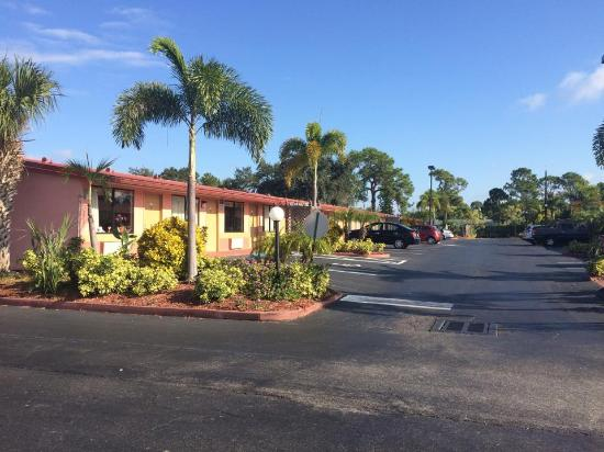 Knights Inn Port Charlotte: View from road/car park