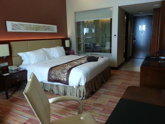 Crowne Plaza Hotel Zhongshan Xiaolan: Very spacious but even at the 15th floor, I can hear loud honking from the streets.