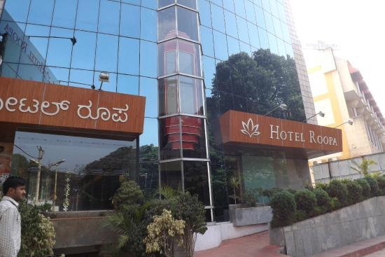 Hotel Roopa: Frente do hotel